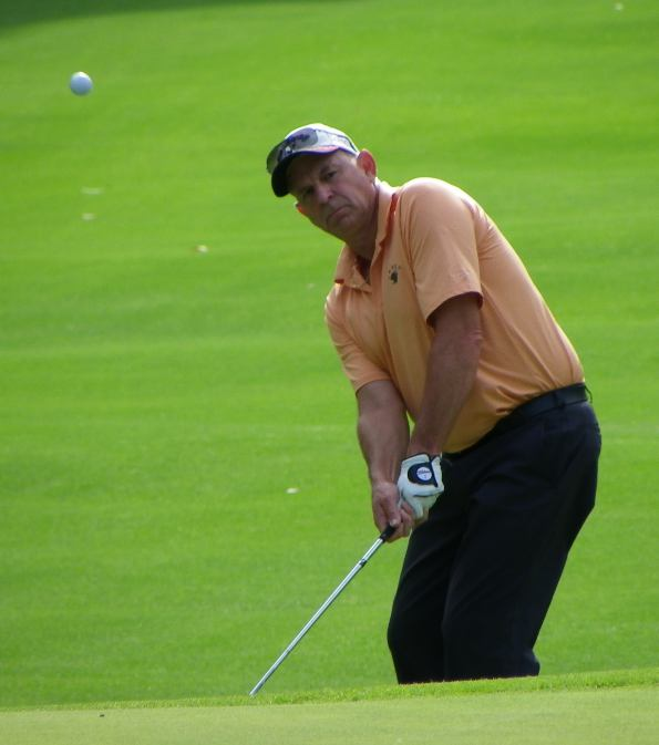Stephen chips during the final round