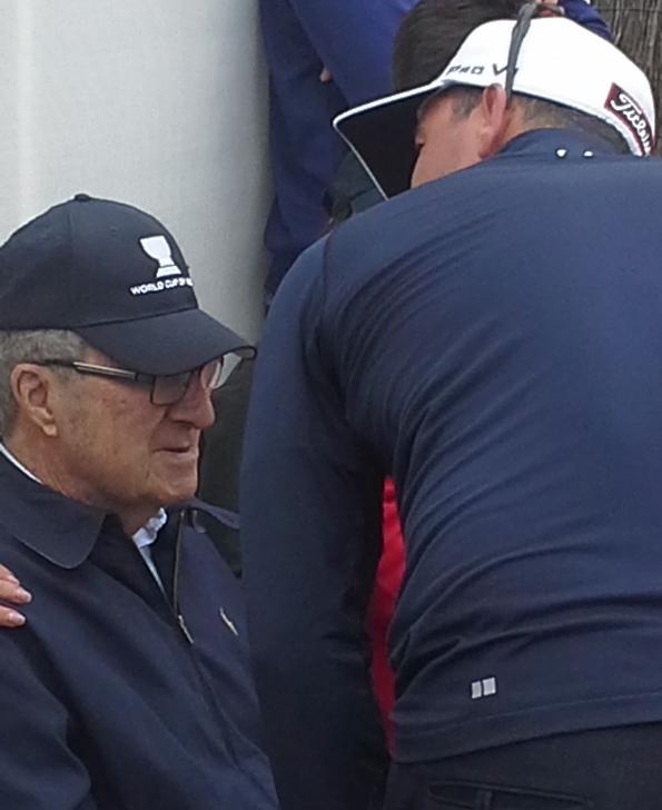 Adam Scott greet Peter Thomson on the 18th at Kingston Heath